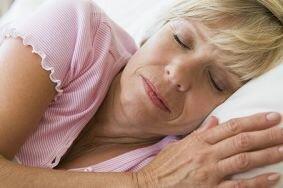 Что вызывает бессонницу у женщин во время менопаузы