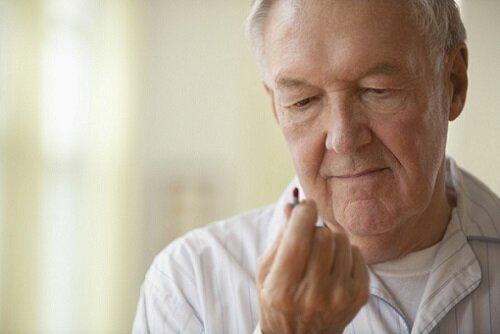 пожилой мужчина с таблетками