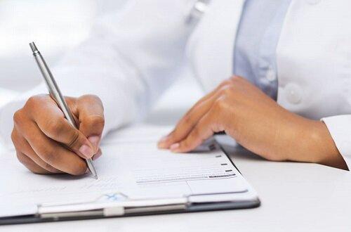 врач со списком анализов