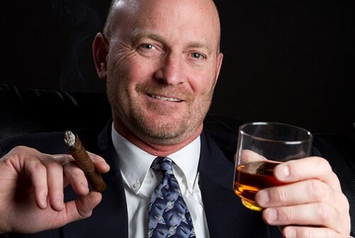 мужчина пьет и курит