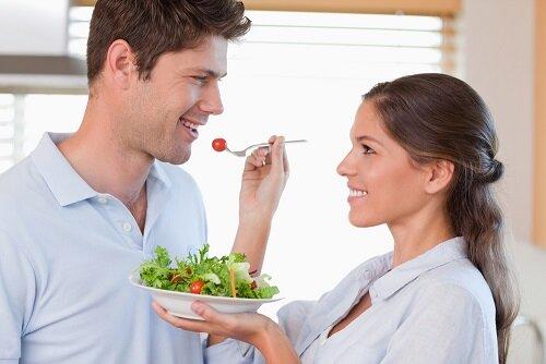 жена кормит мужа